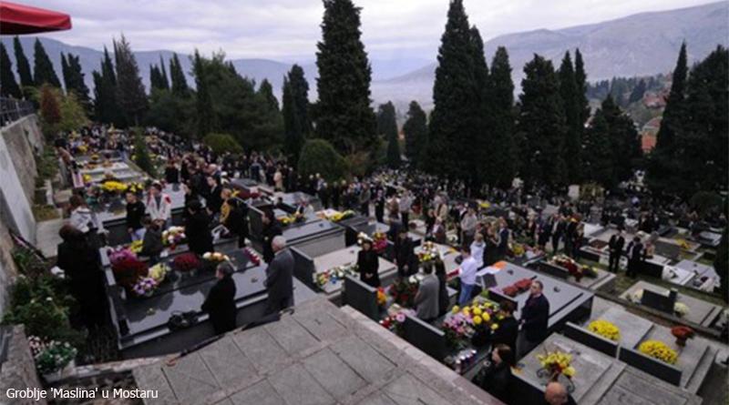 01.11.2010., Mostar - Groblje Masline. Na blagdan Svih svetih obitelji se prisjecaju i obilaze grobove svojih najmilijih.  Photo: Stojan Lasic/VLM/PIXSELL