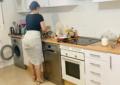 Čistila je Kuhinju u Izazovnoj haljini, Muškarci Ostali Bez Daha! (VIDEO)